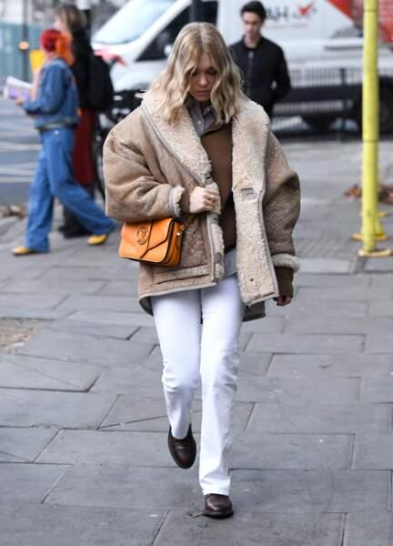 Léa Seydoux, actrice et proche de Nicolas Ghesquière, porte le tout nouveau sac de Louis Vuitton dans son coloris orange