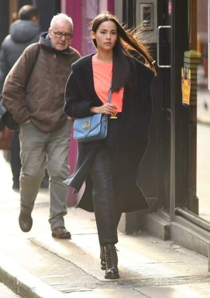 L'actrice et mannequin, Urassaya Sperbund, surnommée Yaya, porte le sac Louis Vuitton en bleu clair