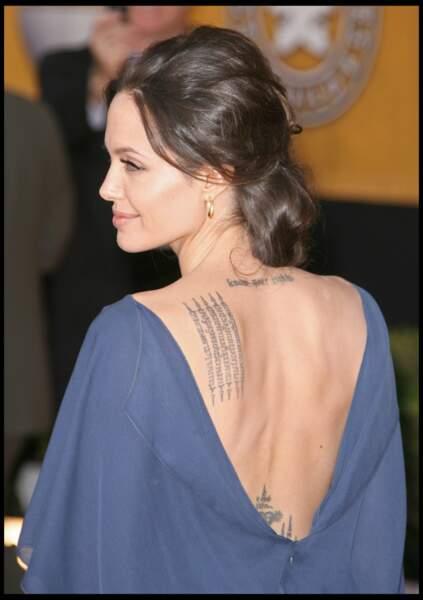 Angelina Jolie avec un nouveau tatouage en 2009