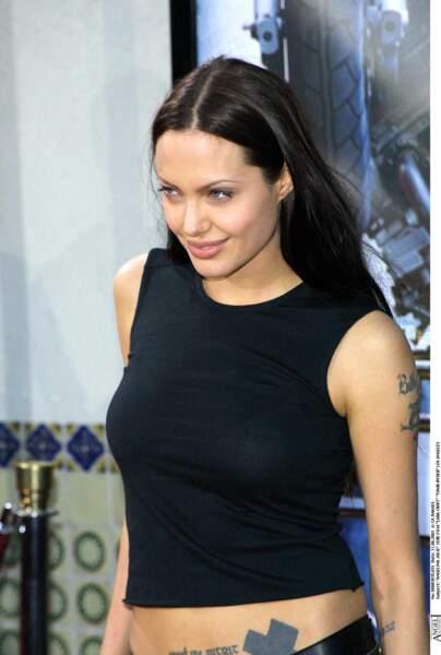 Angelina Jolie se fait tatouer une croix noire sur le bassin et le prénom de son mari, Billy Bob Thornton sur le bras.