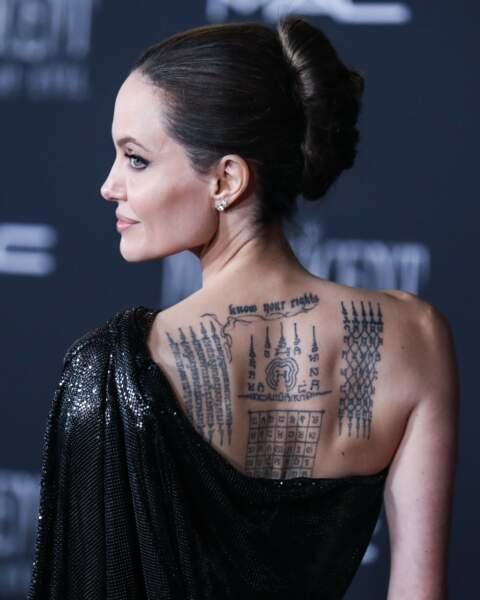Angelina Jolie  :chignon chic et taotaouges multiples en 2019.