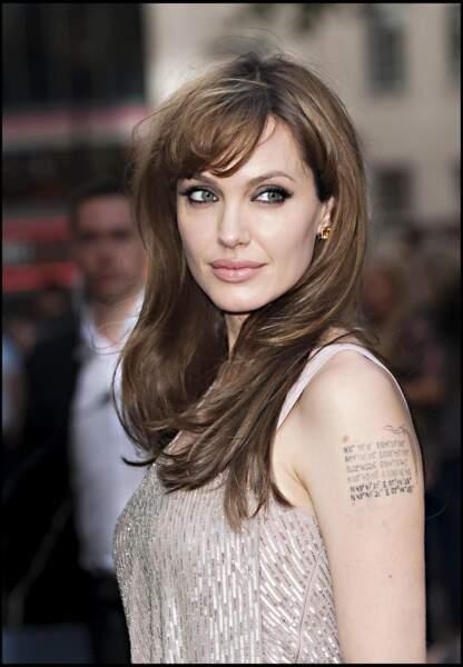 Angelina Jolie se fait tatouer les coordonnées géographiques de ses enfants sur le bras.