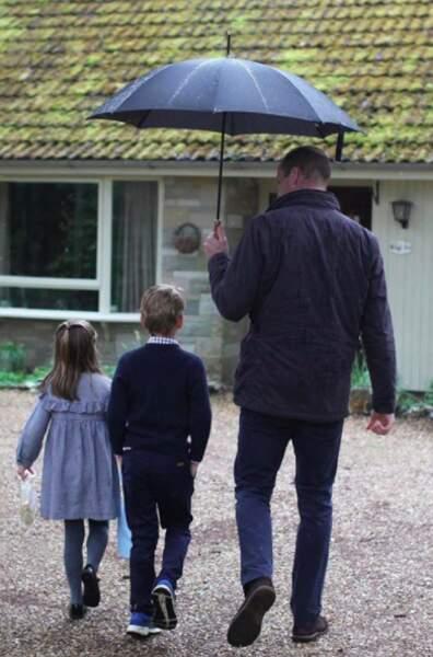 Charlotte et George, avec leur père le prince William, lors d'une visite à Sandringham Estate, où ils ont livré de la nourriture aux pensionnaires isolés. Une adorable attention.