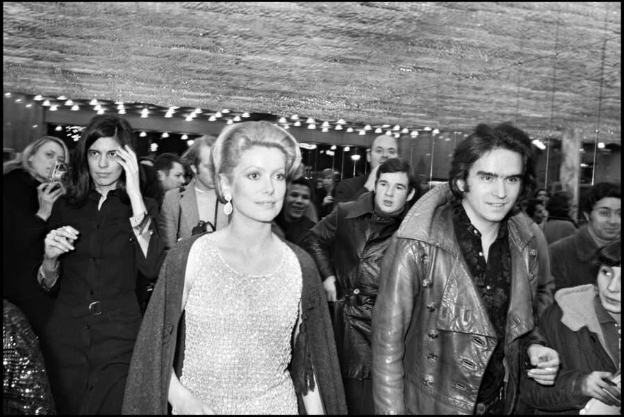 """Catherine Deneuve se marie en 1965 avec le photographe David Bailey. On peut les voir ici lors de l'avant-première du film """"Peau d'âne"""", en 1970."""