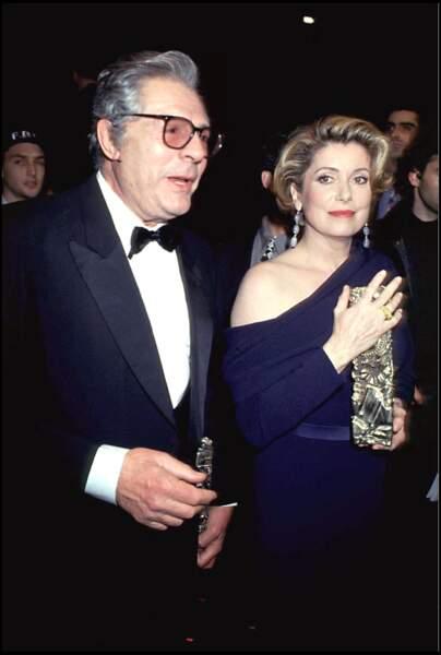 """Marcello Mastroianni et Catherine Deneuve, lors de la cérémonie des Césars en 1993. Cette année-là, le réalisateur italien est président de cérémonie et la comédienne reçoit le César de la meilleure actrice pour """"Indochine""""."""