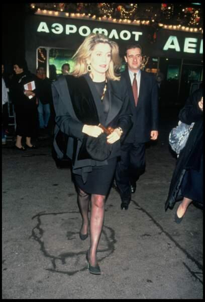 """Catherine Deneuve et Pierre Lescure, le soir de la première du film """"Uranus"""", en 1990."""