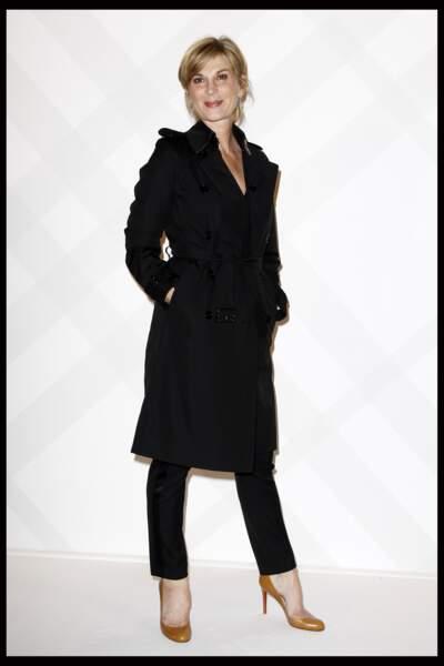 2011 : Michèle Laroque modeuse lors de l'ouverture du flagship Burberry à Paris.