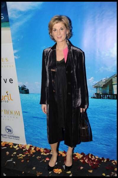 2001 : Michèle Laroque avec les cheveux courts et maquillage doux à Paris.