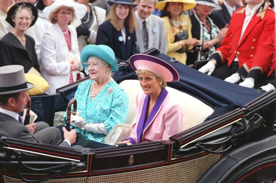 La princesse Diana en tenue bicolore avec la reine-mère à Ascot