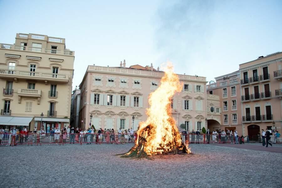 """A l'issue d'une cérémonie religieuse en la Chapelle Palatine, la famille princière a pu assister à un """"batafoegu"""" (feu de joie) allumé sur la Place du Palais."""