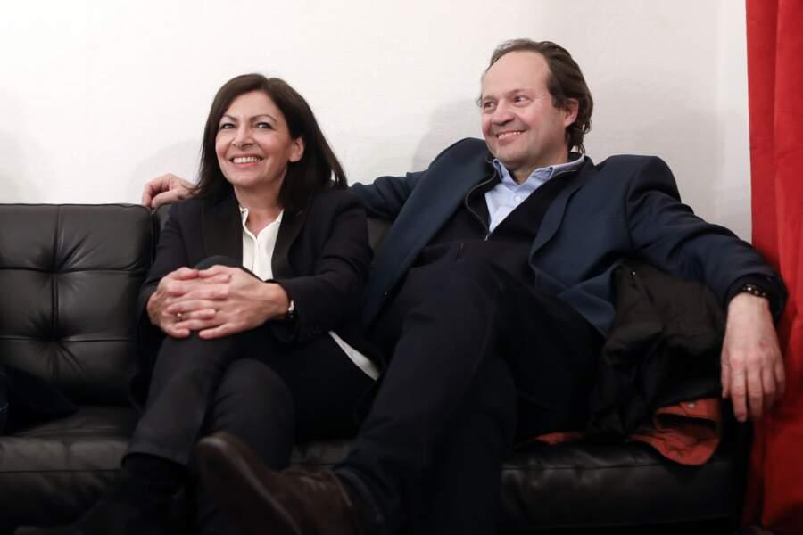 Anne Hidalgo et son mari Jean-Marc Germain dans les coulisses d'un meeting de campagne le 2 mars 2020