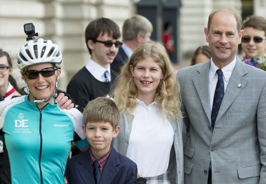 Sophie de Wessex accueillie par son mari le prince Edward et leurs enfants Lady Louise et James après avoir participé à une course caritative en 2016.
