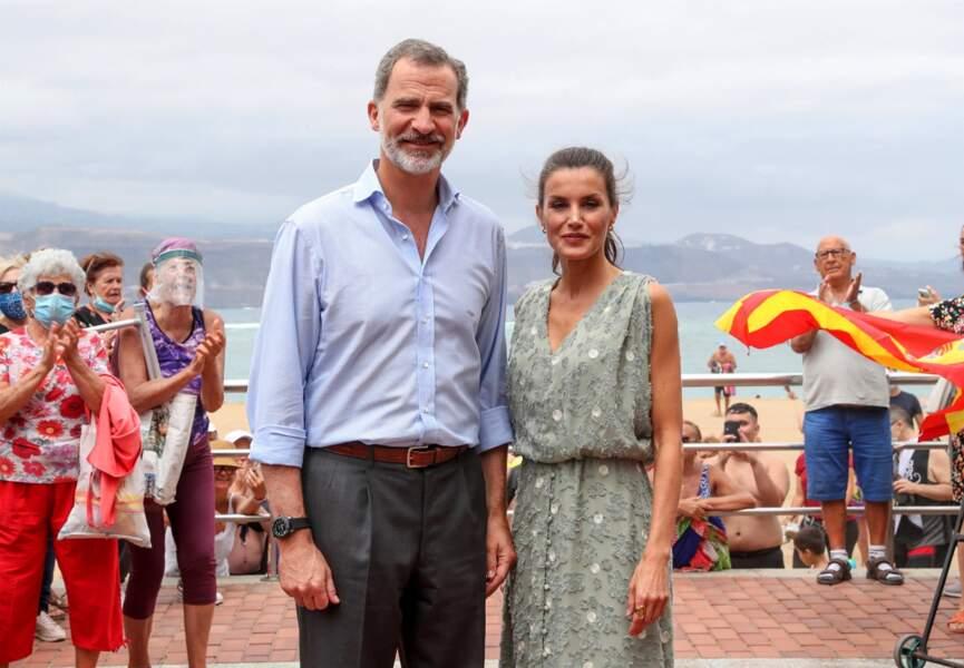 Letizia d'Espagne élégante en robe Zara à Las Palmas le 23 juin 2020.