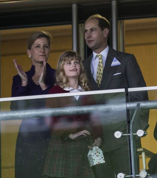 Sophie de Wessex, le prince Edward et leur fille Lady Louise assistant à une course hippique en décembre 2013.