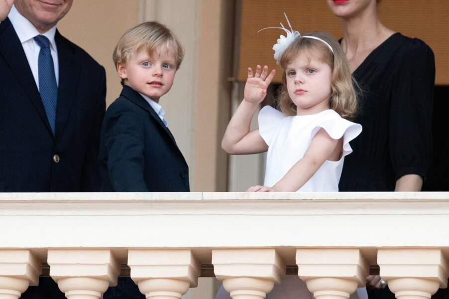 La petite Gabriella semble avoir une parfaite maîtrise du salut royal.