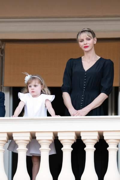 Gabriella pose avec sa mère la princesse Charlene lors de la fête de la Saint-Jean, à Monaco.