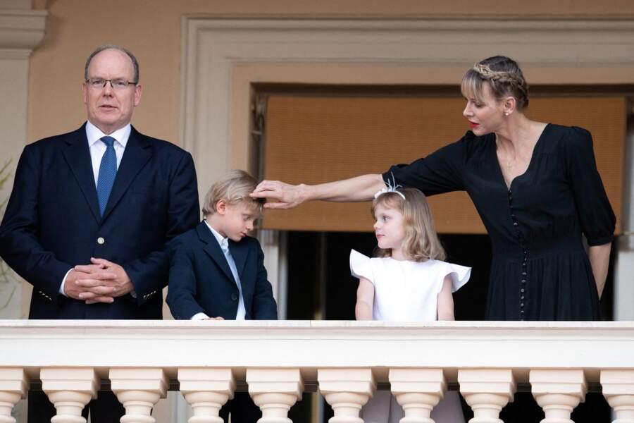Le princesse Charlene profite de la célébration pour légèrement recoiffer son fils Jacques.