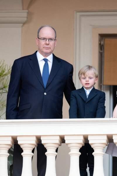 Le prince Albert II de Monaco pose fièrement avec son fils, Jacques, héritier au trône.