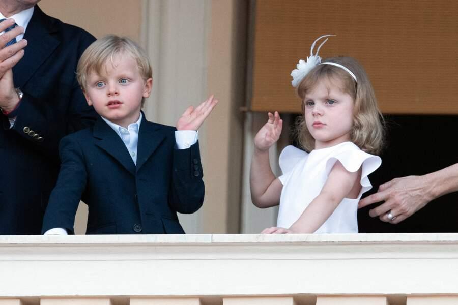 Les deux enfants ont une très bonne maîtrise du salut royal, à l'occasion de la fête de la Saint-Jean, ce 23 juin 2020.