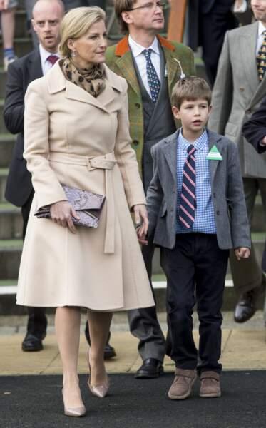 La comtesse Sophie de Wessex au bras de son fils, le vicomte Severn en 2015.