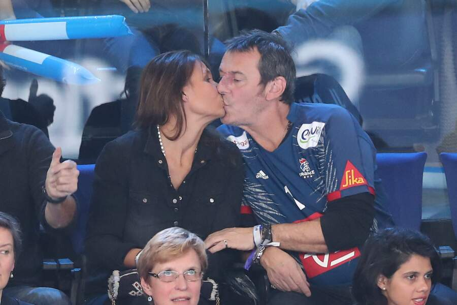 Jean-Luc Reichmann et Nathalie Lecoultre s'embrassent