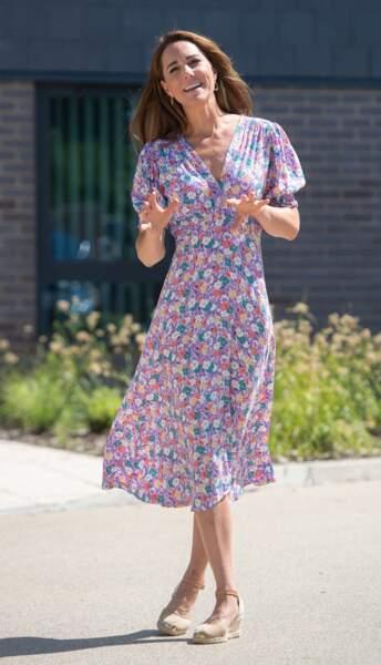 Kate Middleton, toujours fidèle à ses espadrilles Castaner, compensées et nouée sur la cheville, ici le 27 juin 2020.