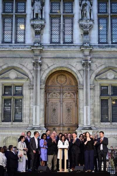 L'équipe d'Anne Hidalgo a fêté sa victoire sur le parvis de l'hôtel de ville à Paris.