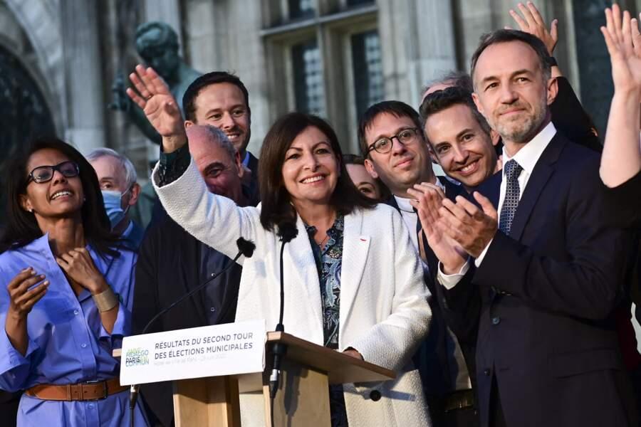 Anne Hidalgo a été largement réélue à la tête de la capitale. Elle fête sa victoire avec ses soutiens ce 28 juin 2020.