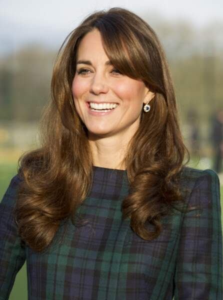 Kate Middleton relooke sa frange longue en mèche stylée en 2012.