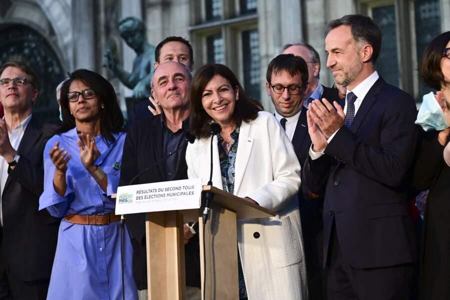 Ce 28 juin 2020, Anne Hidalgo et son équipe de campagne célèbre la victoire de la socialiste sur le parvis de l'hôtel de ville, à Paris. A ses côtés (sur la gauche), se trouve Audrey Pulvar.