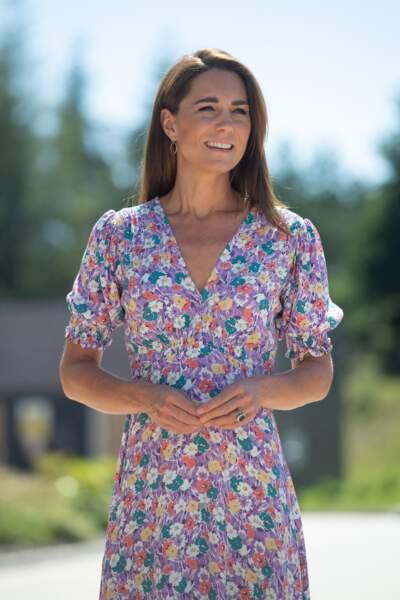 Kate Middleton en robe à fleurs pour visiter un hôpital pour enfants à Norwich le 27 juin 2020.