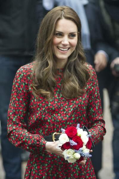Kate Middleton les cheveux très longs, châtains clairs avec la raie au milieu, le 19 décembre 2016