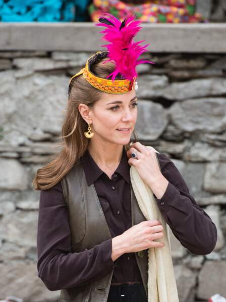 Kate Middleton avec une coiffe traditionnelle pakistanaise, le 16 octobre 2019.