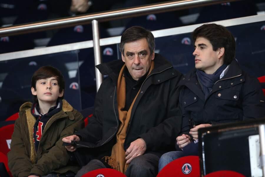 Francois Fillon et ses fils Arnaud et Edouard à la huitième de finale de la Coupe de France de football à Paris, le 27 février 2013