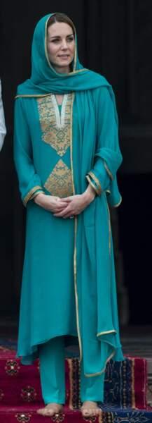 """Kate Middleton voilée en """"kurta """",  la tenue traditionnelle à la mosquée de Lahore, au Pakistant, le 17 octobre 2019."""