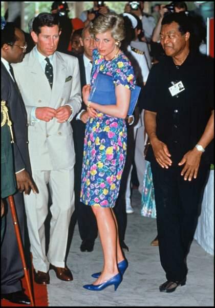 La princesse Diana porte une robe à motifs fleuris lors d'un voyage au Nigeria avec le prince Charles en 1990.
