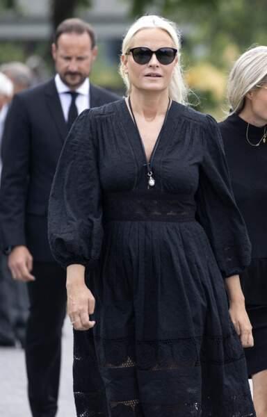 Mette-Marit de Norvège assistait ce 26 juin 2020 aux obsèques de son beau-père, Magnar Alfred Fjeldvær, à Kristiansand, en Norvège.