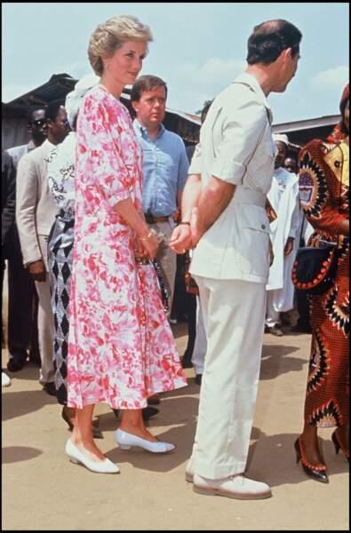 La princesse Diana avec le même style de robe à fleurs et de col blanc, lors de son voyage au Nigéria avec le prince Charles.