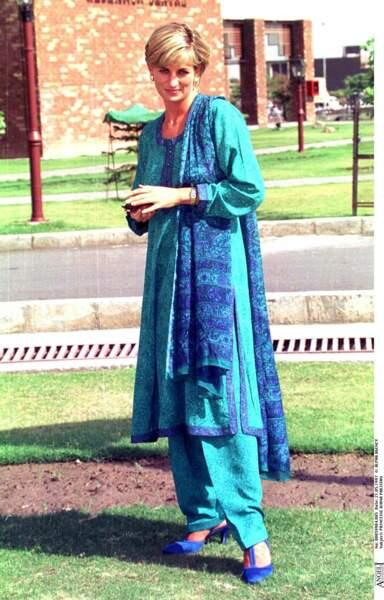 La princesse Diana dans le même style de kurta, à Lahore aussi en 1997.