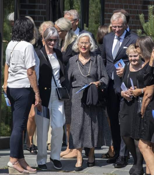 Marit Tjessem, la mère de Mette-Marit de Norvège, assistait à l'enterrement de son compagnon, Magnar Alfred Fjeldvær, entourée de sa famille. A cause des conditions sanitaires, seules 50 personnes pouvaient assister à la célébration.