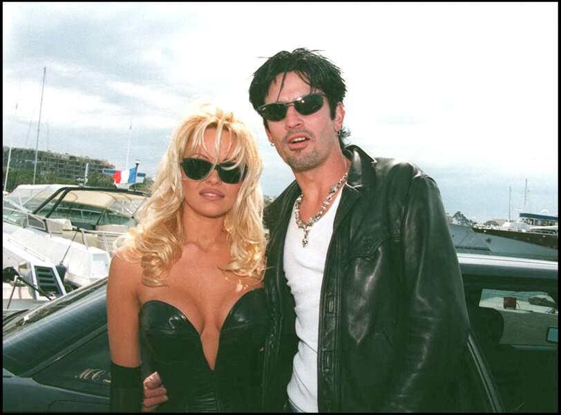 Tommy Lee : en 1995, Pamela Anderson épouse le batteur Tommy Lee sur une plage de Cancun après l'avoir connu durant 96 heures. Ils auront ensemble deux enfants. S'ils divorcent en 1998, ils continueront de se fréquenter