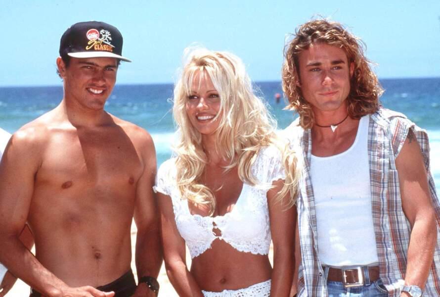 Kelly Slater : dans les années 1990, Pamela Anderson fréquente le champion de surf Kelly Slater, rencontré sur le tournage d'Alerte à Malibu