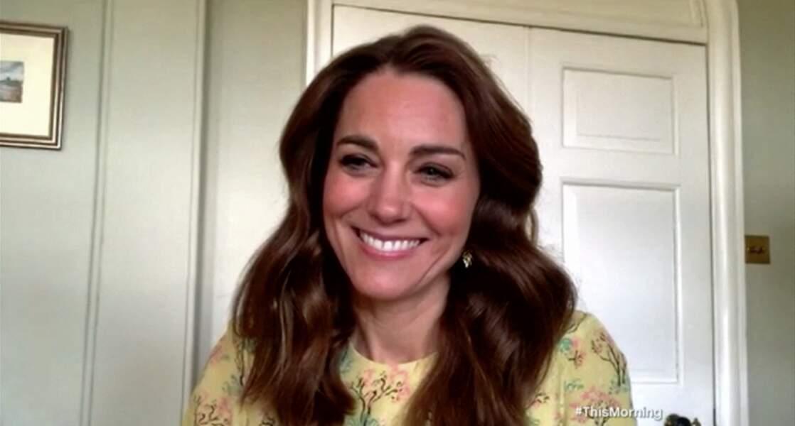 Kate Middleton, très bronzée, répond aux journalistes au début du mois de mai
