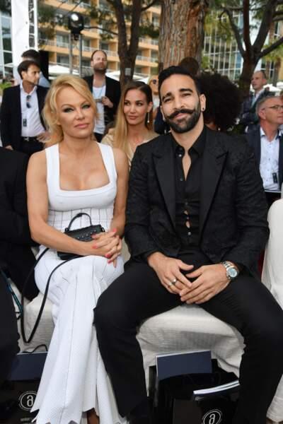 Adil Rami : Pamela Anderson fréquente le footballeur français en 2017. Ils se séparent en 2019 après que l'actrice l'accuse de violence et de mener une double vie
