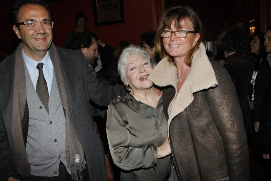 """Line Renaud, entourée de Claude Chirac, et de son mari Frédéric Salat-Baroux, à la générale de la pièce """"Harold et Maude"""", dans laquelle joue Line Renaud, le 5 mars 2012."""