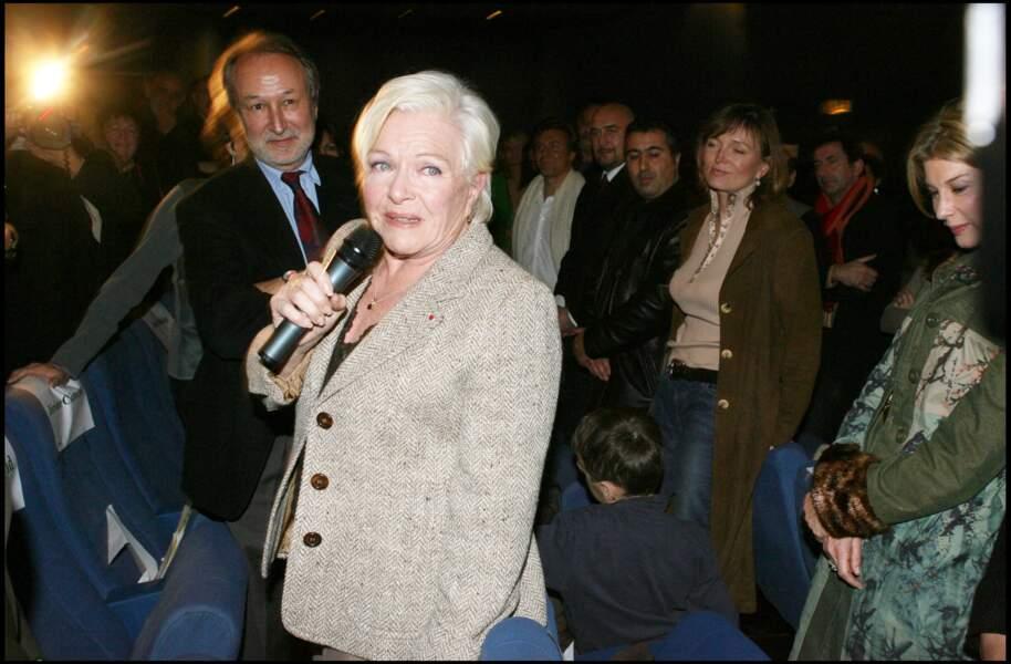Line Renaud, avec au loin Claude Chirac, lors de la projection du documentaire sur la vie de Line Renaud, en décembre 2005.