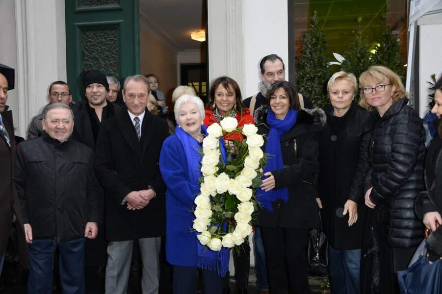 Line Renaud et Claude Chirac, entourées d'Anne Hidalgo, de Pascal Obispo ou encore de Bertrand Delanoë, lors du dévoilement de la plaque en hommage à Loulou Gasté, le 29 janvier 2014.