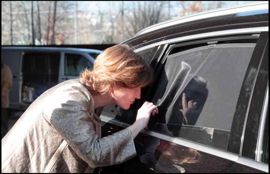 Claude Chirac, qui salue Line Renaud (à l'intérieur de la voiture), après son mariage avec Frédéric Salat-Baroux, en 2011.