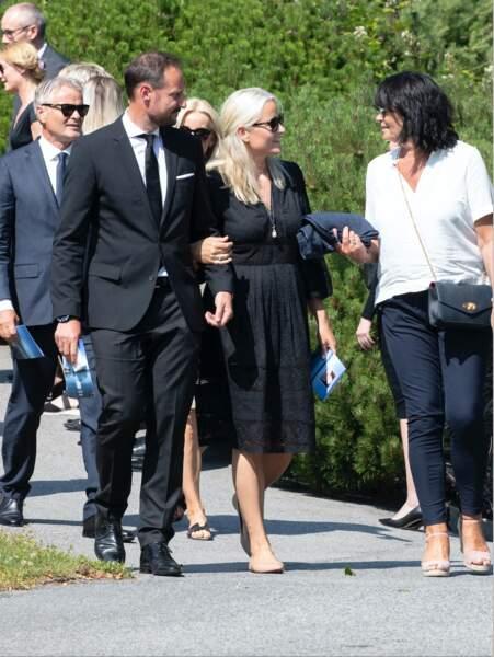 Le prince Haakon de Norvège et son épouse Mette-Marit assistent aux funérailles de Magnar Alfred Fjeldvær, ce 26 juin 2020.