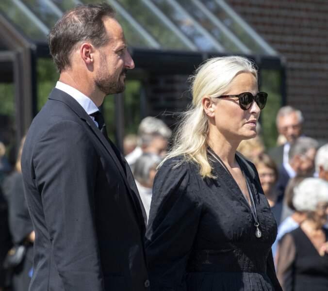 Le prince Haakon de Norvège accompagne son épouse, Mette-Marit, lors des obsèques de son beau-père.